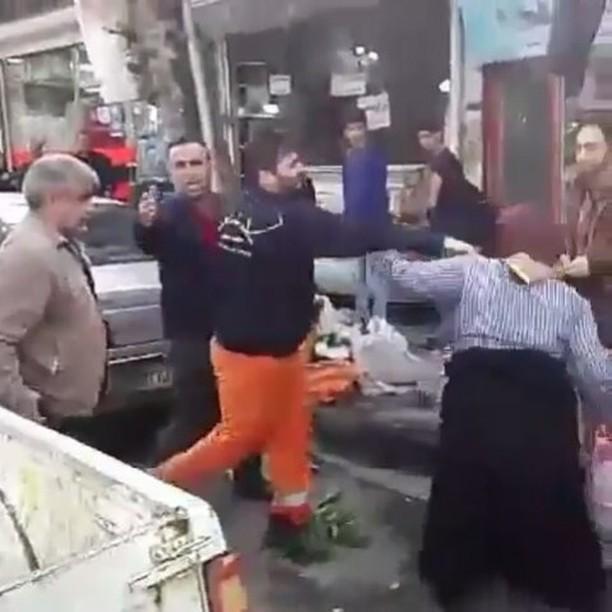 سیلی زدن مامور شهرداری به پیرزن دستفروش