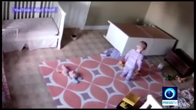 قهرمانِ 2 ساله جان برادرش را نجات داد