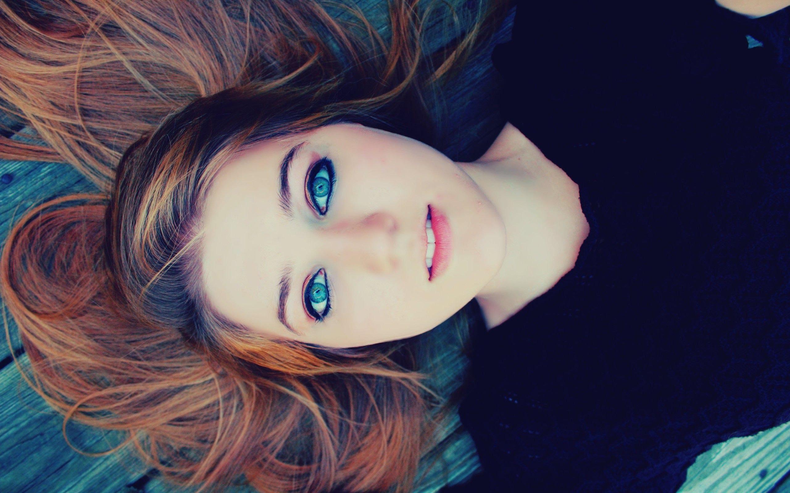 چشم های آبی رنگتان را زیبا آرایش کنید