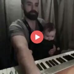 اجرا زیبا کیبرد توسط پدر هنرمند و به خواب رفتن کودک