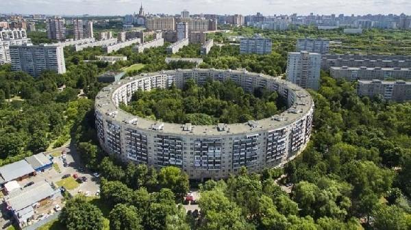 نگاهی به مجتمع مسکونی عجیب مسکو که شبیه نان حلقه ای است
