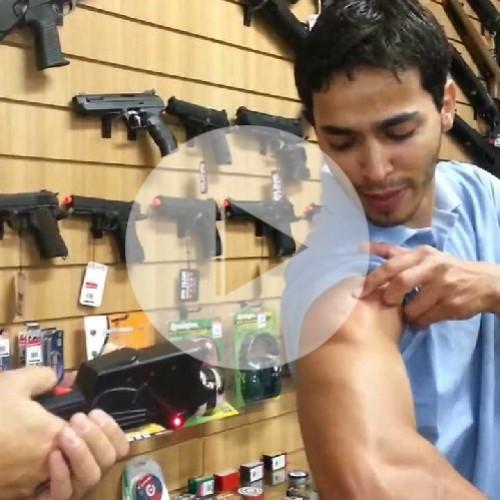 پسری که شلیک شوکر رو بدنش تاثیری ندارد
